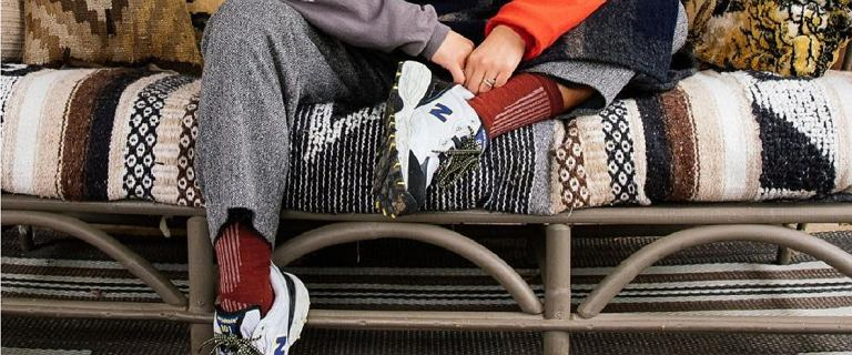 Rozchwytywane sneakersy New Balance - wiemy, gdzie je kupić w niskich cenach. Kultowe modele teraz taniej nawet o 63 proc.