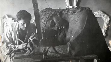 Stefan Policiński podczas pracy nad jedną z rzeźb nagrobkowych. Zdjęcie z archiwum rodzinnego
