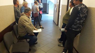 Kolejka do stanowiska PUP w Urzędzie Gminy Czerwińsk nad Wislą - Czekam od 4 godzin - mówi jeden z rolników