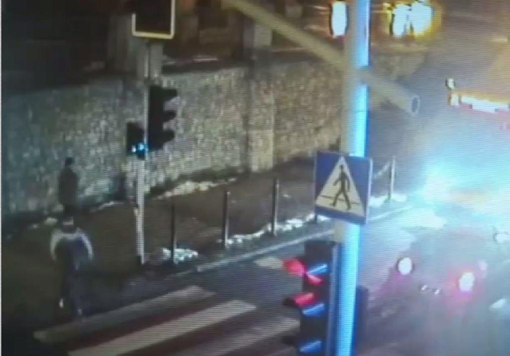 Wypadek na przejściu dla pieszych w Piekarach Śląskich - zdjęcia z monitoringu.