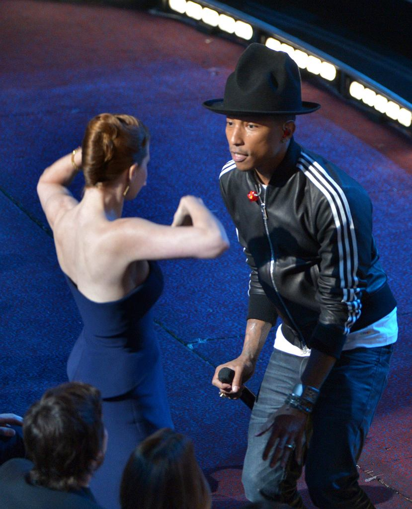 Pharrell Williams i Amy Adams