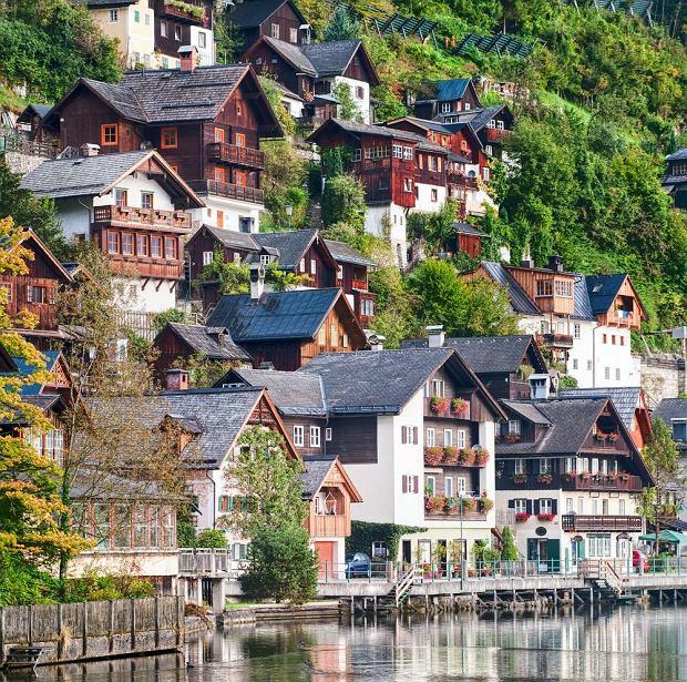 Miejscowość Hallstatt, położona nad jeziorem Hallstätter, to jedno z bardziej urokliwych miejsc na świecie / fot. Shutterstock