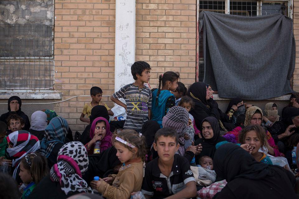 Irackie kobiety i dzieci czekają na przesłuchanie w sprewie ewentualnych związków z Państwem Islamskim (ISIS). Dibis w Iraku, 3 października 2017 r.