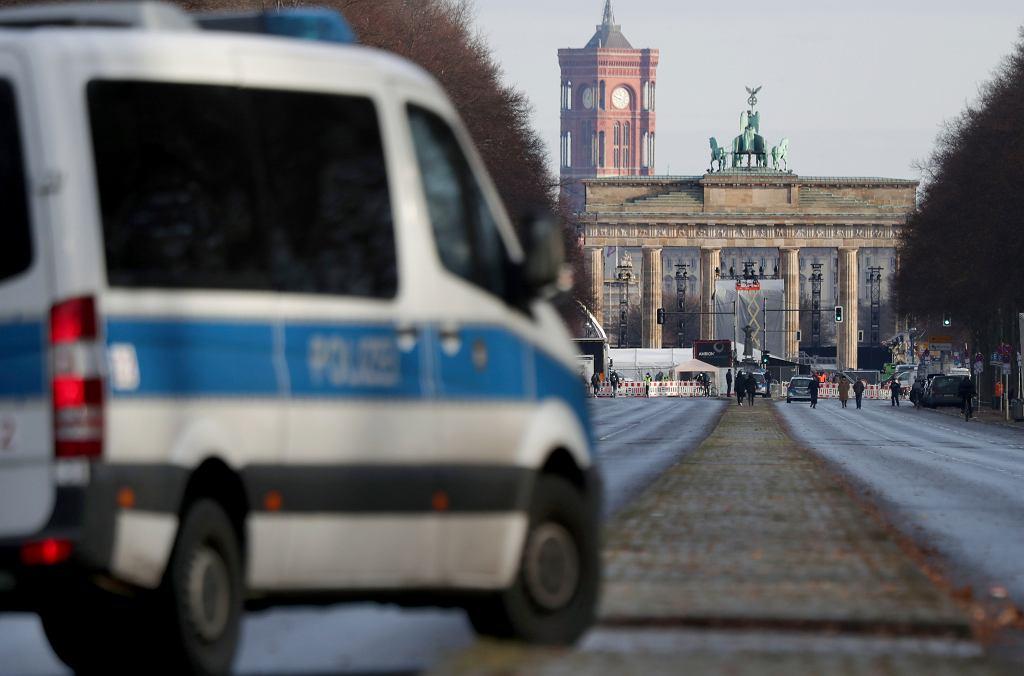 Niemcy walczą z koronawirusem. Na zdjęciu Brama Brandenburska w Berlinie, 31 grudnia 2020 r.