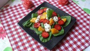 Szpinakowa sałatka z owocami