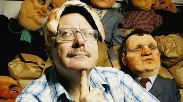 Marcin Wolski w swoim domu w 2006 r. W tle lalki z 'Polskiego Zoo'