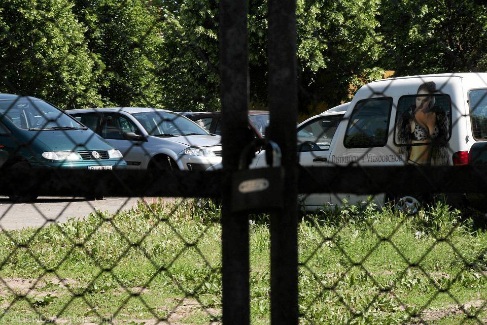 Bardzo dobryFantastyczny Płaci za samochód, który od roku niszczeje na policyjnym parkingu FW69