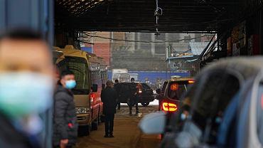 Koronawirus. Zespół WHO odwiedził targ żywności w Wuhan. W eskorcie policji