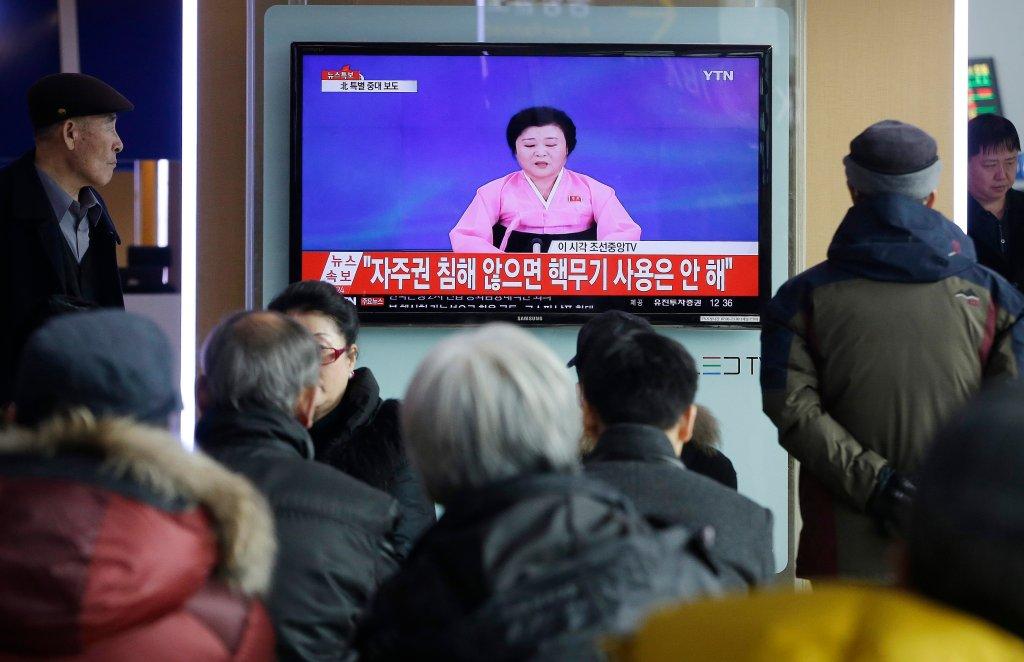 Tłum ogląda program, w którym władze Korei ogłaszają, że dokonały testu bomby wodorowej