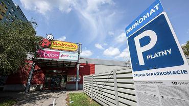 Parkingi koło popularnych marketów pod lupą UOKiK - zdjęcie ilustracyjne