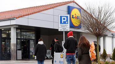 Lidl sprzedaje hitowe jeansy za mniej niż 50 zł. To model, który optycznie wyszczupla i wydłuża nogi (zdjęcie ilustracyjne)