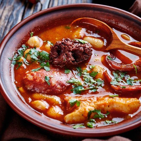 Fabadas - hiszpańska wiejska potrawa z dodatkiem kiełbasy, kaszanki i fasoli