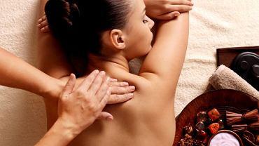 Kiedy masaż ma służyć przede wszystkim rozluźnieniu i poprawie nastroju, może go wykonać właściwie każdy. W przypadku masażu leczniczego oddaj się jednak w ręce specjalisty fizjoterapeuty po konsultacji lekarskiej