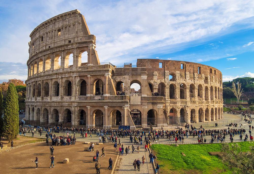 Słynne Koloseum w Rzymie niszczone jest przez turystów wandali. Władze miasta będą z tym walczyć