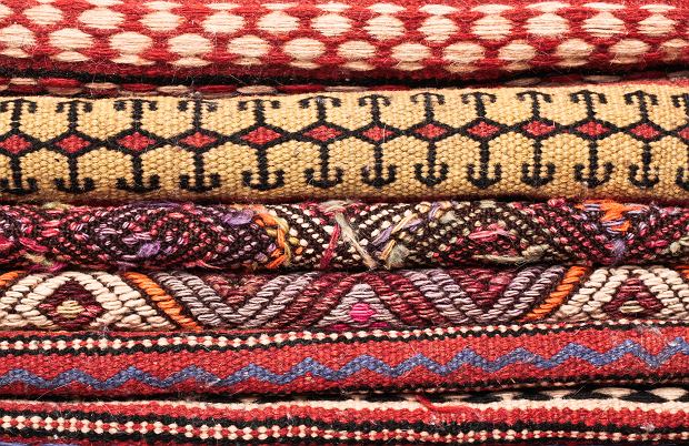 Kolorowe dywany odmienią twoje wnętrze. Te wzory i kolory są teraz na topie