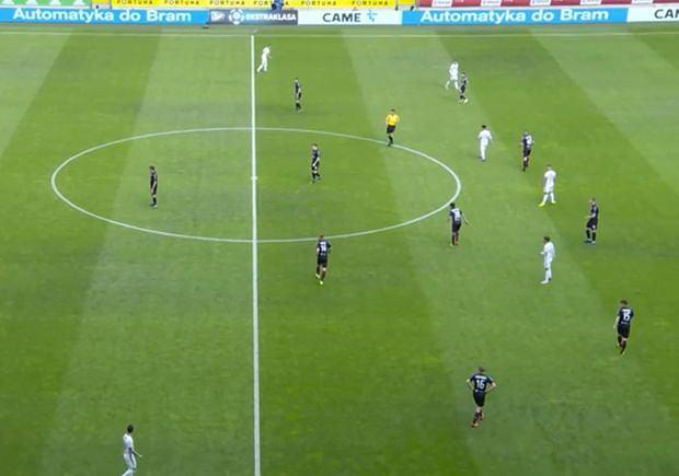 Pogoń ustawiona w 4-1-4-1 podczas wyprowadzania piłki przez Legię. Zawodnicy z Warszawy nie wykorzystują miejsca między liniami Portowców