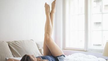 Opuchliznę pomoże zmniejszyć położenie się na jakiś czas z uniesionymi nogami - w ten sposób ułatwiamy odpływ nagromadzonych w tkankach płynów.