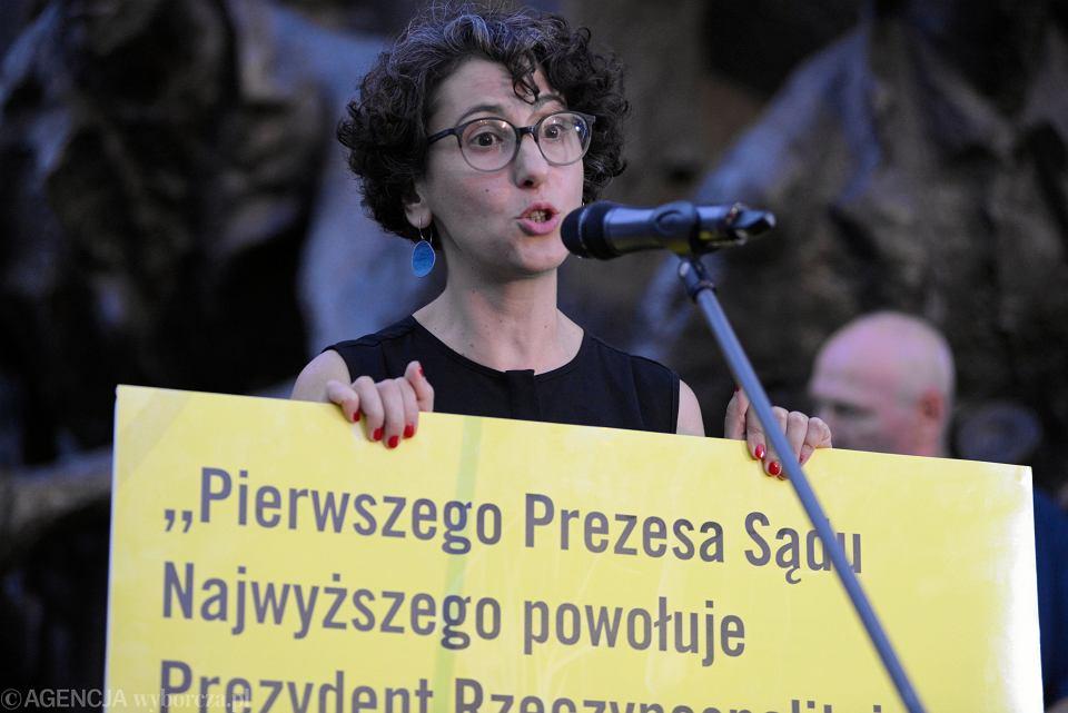 Dyrektorka Amnesty International w Polsce Draginja Nadażdin podczas demonstracji w obronie Sądu Najwyższego. Warszawa, 4 lipca 2018