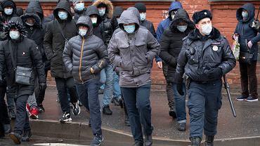 Za sprawą koronawirusa moskwianom, tak jak i mieszkańcom zdecydowanej już większości regionów Rosji, do końca kwietnia wychodzić z domów wolno tylko do pracy (jeśli mają przepustki)