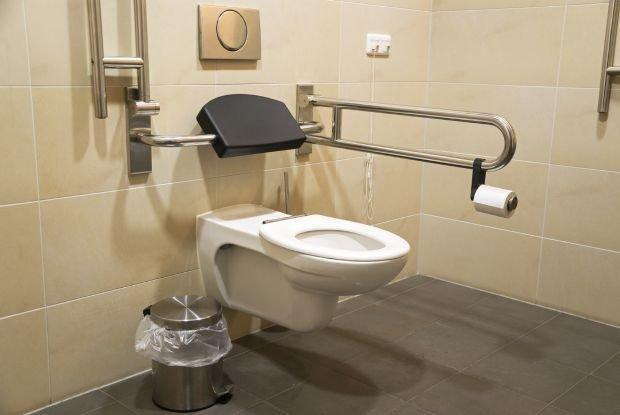 Kiedy to tylko możliwe, warto zrobić remont. Przyjazna toaleta i łazienka to znaczna poprawa jakości życia osoby starszej i opiekunów