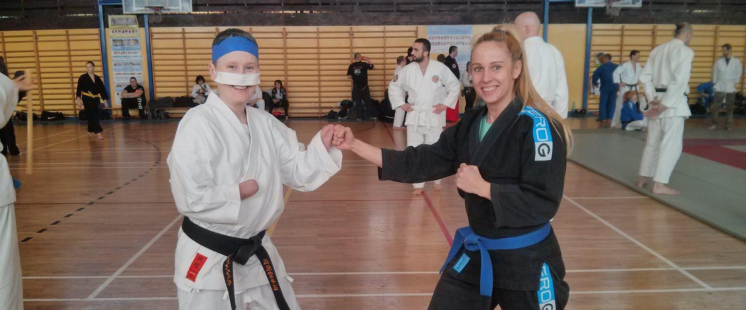Aneta Zatwarnicka, wielokrotna mistrzyni Polski w karate (po lewej) (fot. Archiwum prywatne)