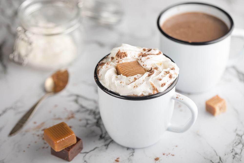 Bita śmietana to doskonały dodatek do wszelkiej maści deserów - od tortów, przez ciasta, aż po napoje, np. gorącą czekoladę