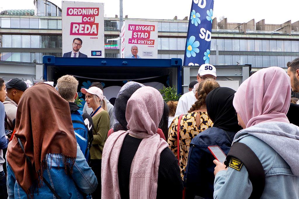 Uchodźcy i imigranci bacznie przyglądają się kampanii wyborczej. Na zdj. wiec prawicowej partii Szwedzkich Demokratów (AP Photo/Michael Probst)