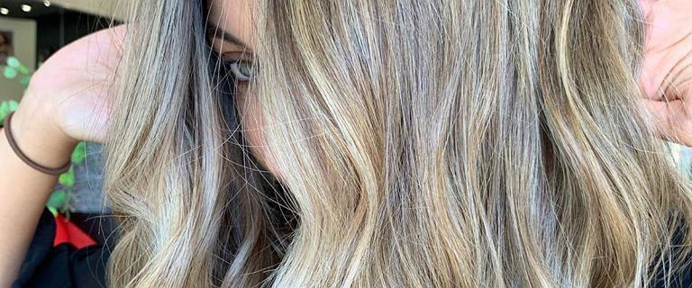 Modne kolory włosów na sezon 2020, które nie zniszczą struktury włosa. Pomysły na wiosenno-letnie zmiany