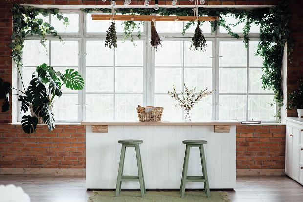 Kuchnia otwarta na salon: jak zaaranżowć modną i praktyczną przestrzeń