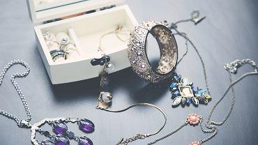 Jak wyczyścić biżuterię? To zależy, z czego jest zrobiona.
