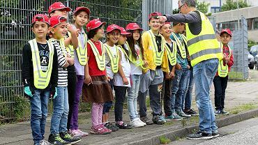 Były oficer policji Torsten Fischer uczy dzieci uchodźców zasad bezpiecznego poruszania się po drodze. Hamburg