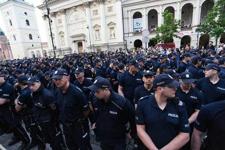 Władysław Frasyniuk jest siłą usuwany przez policję z demonstracji podczas miesięcznicy smoleńskiej