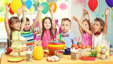 Przekąski na imprezę urodzinową dziecka nie powinny być zbyt wykwintne. Dzieci nie zasiądą do stołu, by skonsumować trzydaniowy posiłek, z deserem.