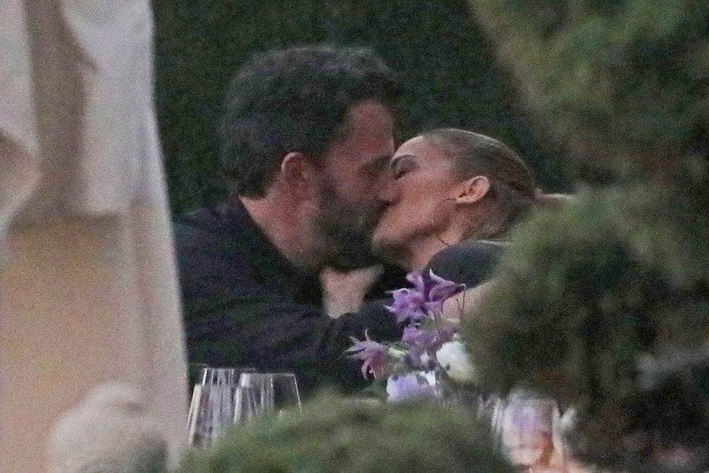 Jennifer Lopez i Ben Affleck całują się w restauracji