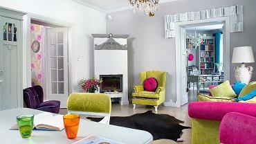 Salon Pod względem kolorystycznym jest mieszanką odcieni szarości oraz 'soczystych barw letniej łąki', jak określa je projektantka. Instalacja z książek wokół drzwi tworzy symboliczną bramę prowadzącą do gabinetu widocznego w głębi.