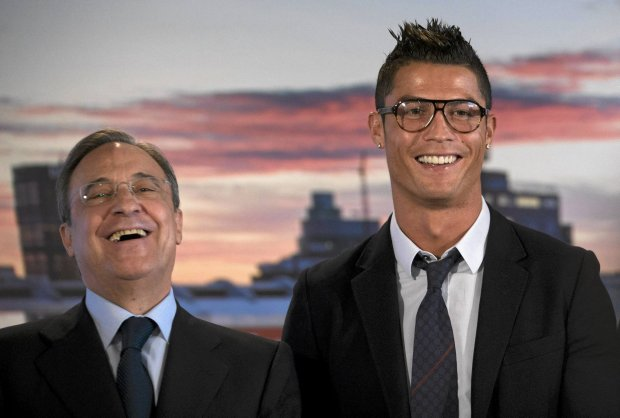 Real Madrid's Cristiano Ronaldo, right and club president Florentino Perez smile during a presentation at the Santiago Bernabeu stadium in Madrid, Spain Sunday Sept. 15, 2013. Ronaldo has renewed his contract with the club after months of speculation. The Portugal forward's current contract expires in 2015. Ronaldo has scored more than 50 goals a season for the last three years with Madrid after joining in 2009 on a then-record transfer of  euro93 million from Manchester United.(AP Photo/Paul  White)  sport druk 20.05.2014 SLOWA KLUCZOWE: XLALIGAX ZDJĘCIE DO WKŁADKI: DGWRP Gazeta WyborczaSport