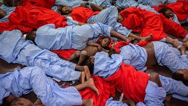 Uratowani Malijczycy śpią na pokładzie statku ratowniczego, który podjął ich z morza 20 mil od wybrzeża libijskiego