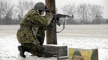 Ćwiczenia ze strzelania na poligonie w Biedrusku - zdjęcie ilustracyjne