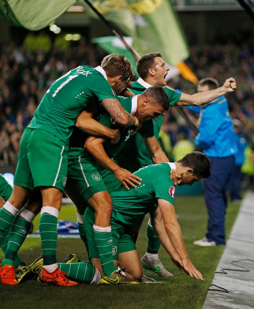 <b>Shane Long</b> i koledzy świętują zdobycie jedynej bramki w meczu Irlandczyków z Niemcami. Cały kraj jest bardzo dumny z tego zaskakującego triumfu