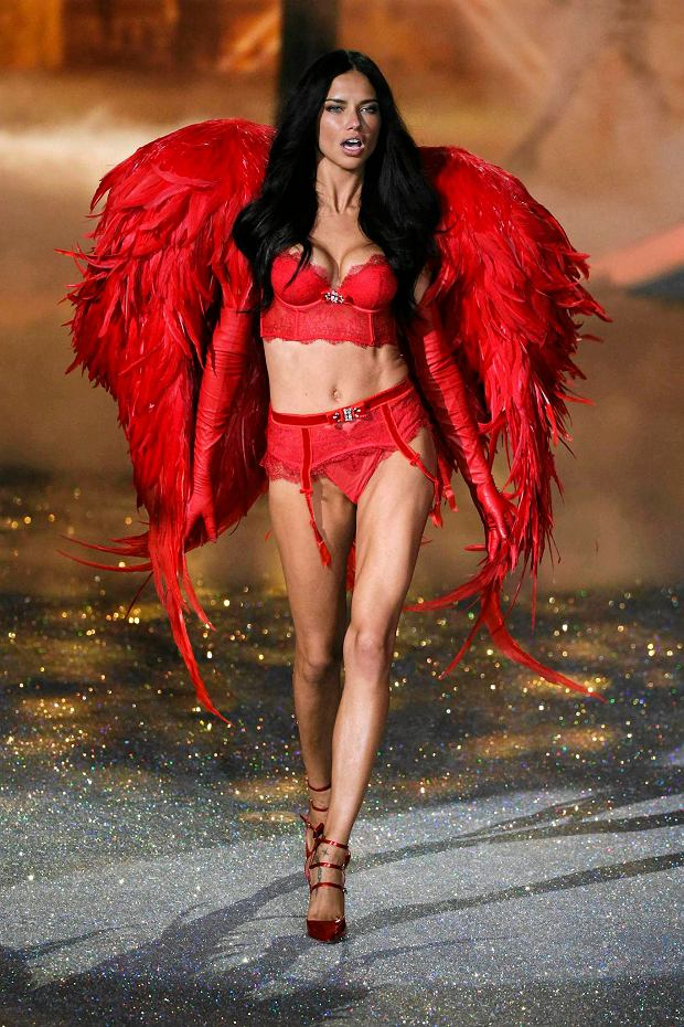 Model Adriana Lima presents a creation during the annual Victoria's Secret Fashion Show in New York, November 13, 2013.  REUTERS/Lucas Jackson (UNITED STATES - Tags: ENTERTAINMENT FASHION) SLOWA KLUCZOWE: :rel:d:bm:GF2E9BE0C6901