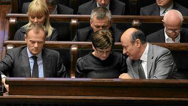 Donald Tusk, Krystyna Szumilas i Jacek Rostowski 24 maja 2012 r. podczas debaty edukacyjnej w Sejmie. W drugim rzędzie (z prawej) Michał Boni. Z badań PO wynika, że byli ministrowie nie są dobrze przyjmowani przez wyborców