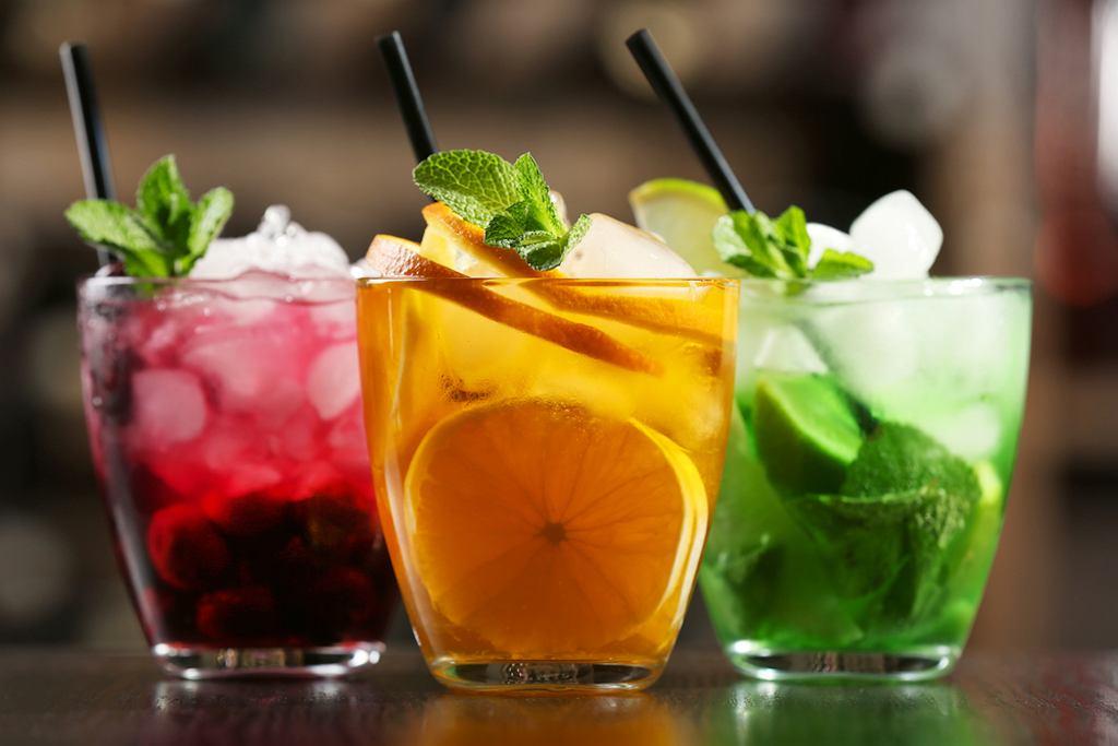 Kolorowe drinki to połączenie różnych alkoholi, soków i innych substancji. Wrażenie robią te warstwowe - wtedy trzeba pamiętać o gęstości cieczy