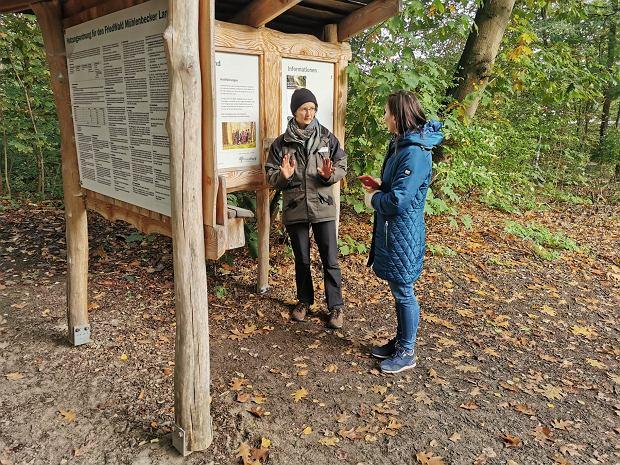 Irka jest przewodniczką po leśnym cmentarzu w Mühlenbecker Land nieopodal Berlina / Fot. Sławek Młynarczyk
