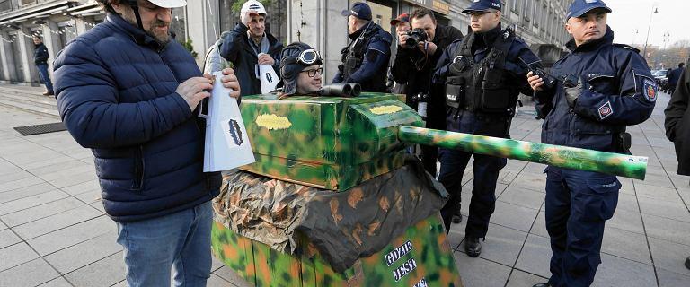 MON zawiadamia prokuraturę ws. kartonowego czołgu. Błaszczak: To skandal