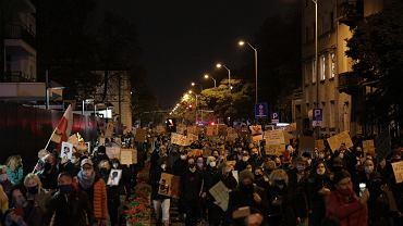 Pseudokibice ruszyli na protestujących w Warszawie! Stanowcza reakcja policji