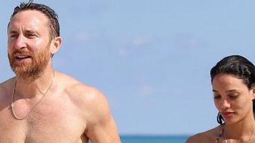 David Guetta przyłapany z dziewczyną na wakacjach.On jest w świetnej formie, ale i tak to ona przyciąga uwagę. Musicie zobaczyć jej brzuch