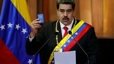 Prezydent Wenezueli Nicolas Maduro podczas zaprzysiężenia na kolejna kadencję, z konstytucją w dłoni (opozycja nie uznaje ubiegłorocznych wyborów prezydenckich za ważne). Caracas 10 stycznia 2019 r.