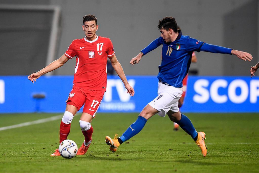 Jakub Moder i Alessandro Bastoni. Mecz Włochy - Polska. Mapei Stadium, Reggio Emilia, Włochy, 15 listopada 2020