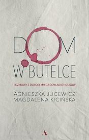 Książka 'Dom w butelce. Rozmowy z Dorosłymi Dziećmi Alkoholików' Agnieszki Jucewicz i Magdaleny Kicińskiej. (fot. Materiały prasowe)