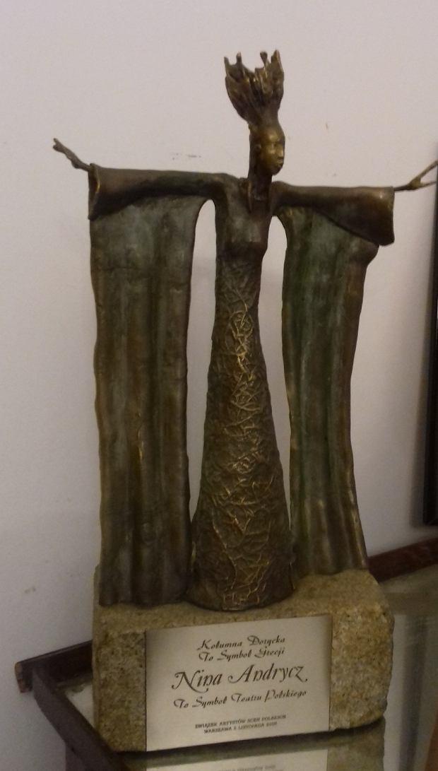 Rzeźba skradziona z nagrobka Niny Andrycz